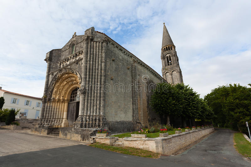 Mycket - sikt av Notre-Dame de l'Assomption de Feniouxchurch, XII royaltyfri foto