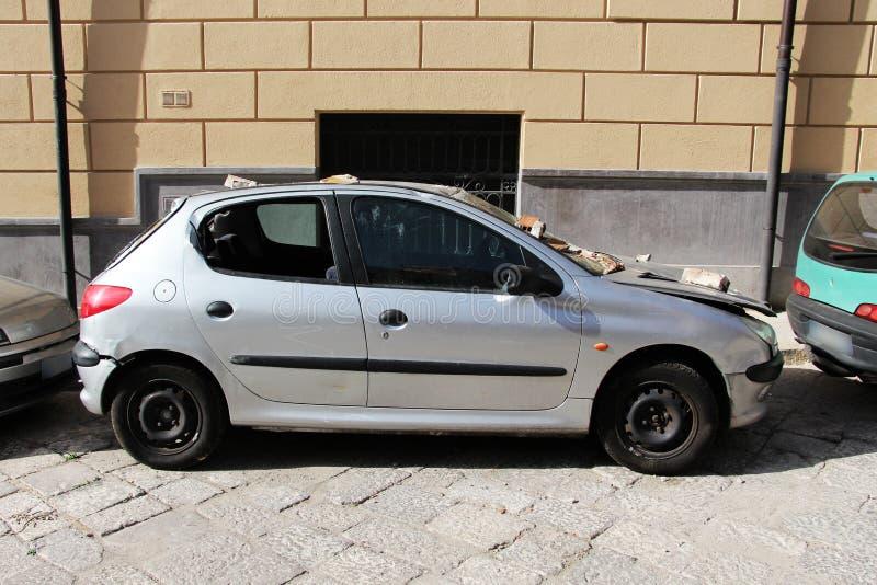 Mycket skadad bil, kraschat som parkeras arkivfoton