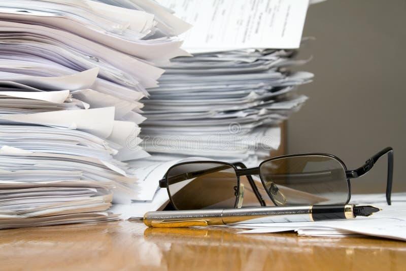 mycket skrivbordsarbete arkivfoto