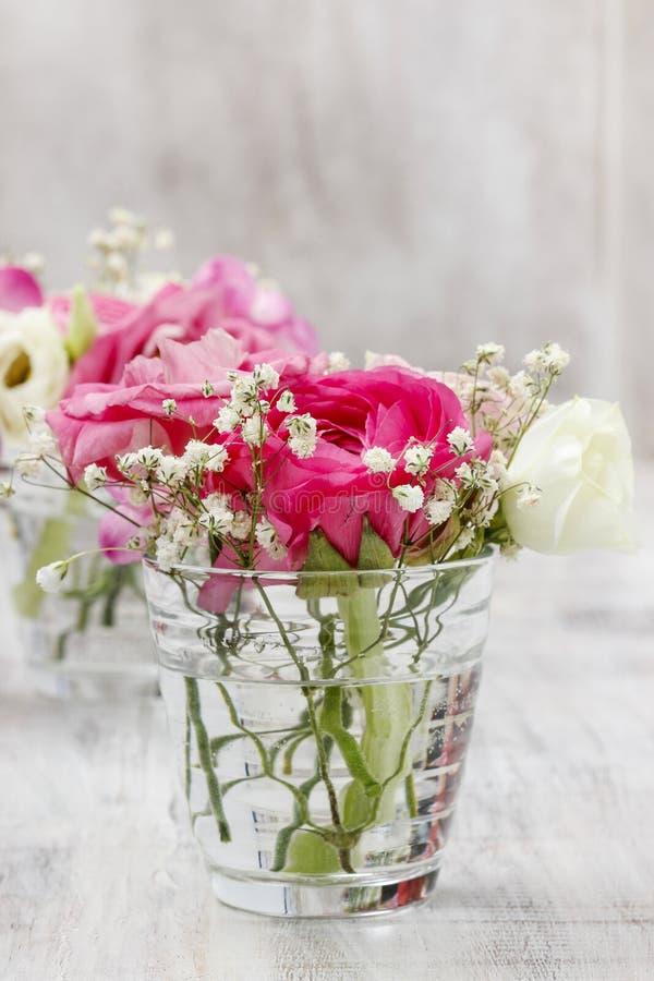 Mycket små buketter i glass vaser. Gifta sig blom- garneringar royaltyfri bild