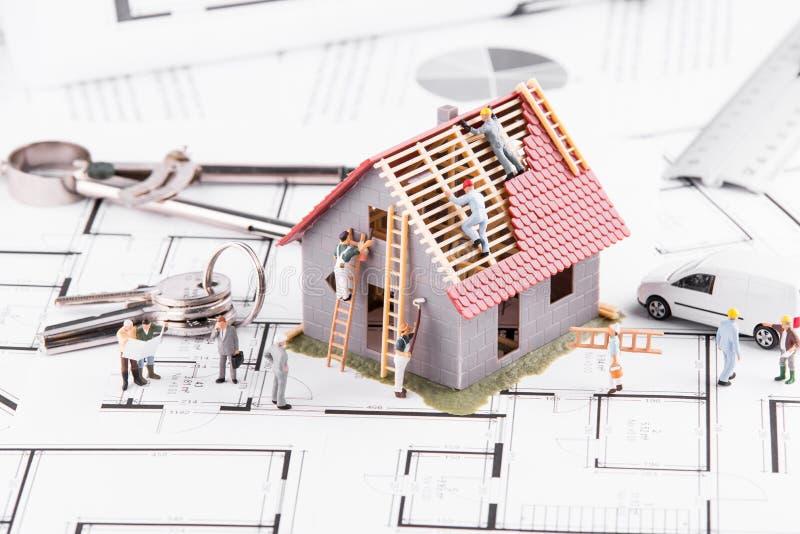 Mycket små folkbyggandehus för arkitektoniska plan Begreppet av royaltyfria bilder