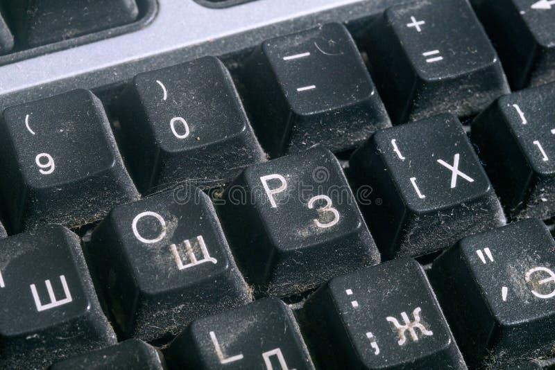 Mycket smutsigt svart datortangentbord royaltyfria foton