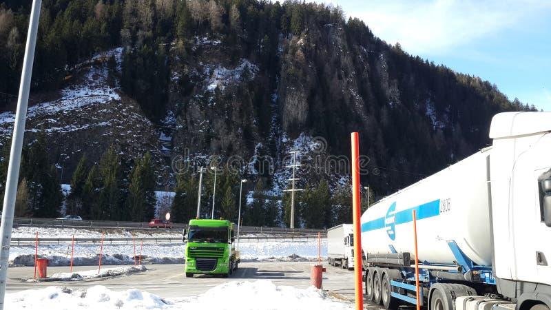 Mycket snöig väg i Schweiz royaltyfri fotografi