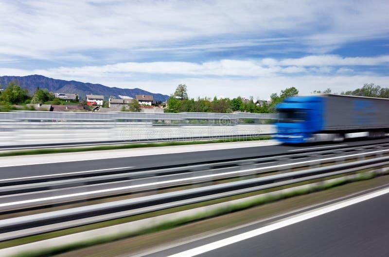 Mycket snabb lastbil på en huvudväg fotografering för bildbyråer