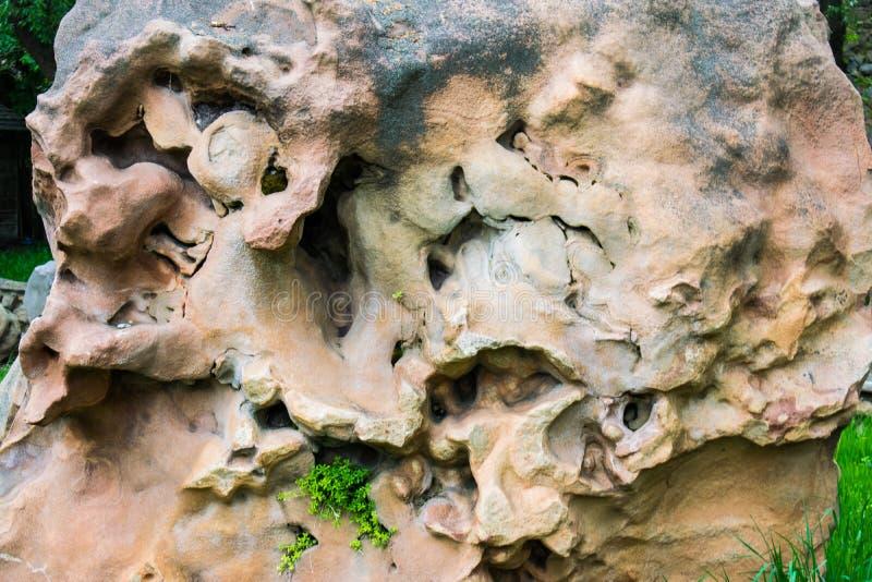Mycket stor, ljus, beige och finnig bisarr och ovanlig form för sten, Namkane olika projektioner, lättnader, fläckar, färger, hål royaltyfria foton