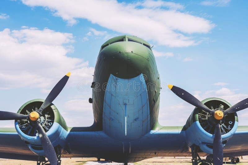 Mycket stort gammalt flygplan med propellrar arkivfoton