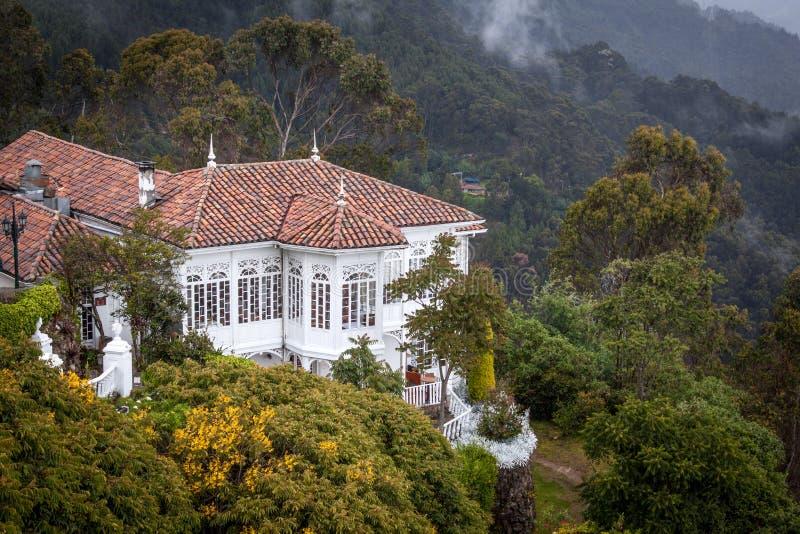 Mycket trevlig gammal kolonial byggnad på Monserraten, Bogota, Colombia royaltyfria foton