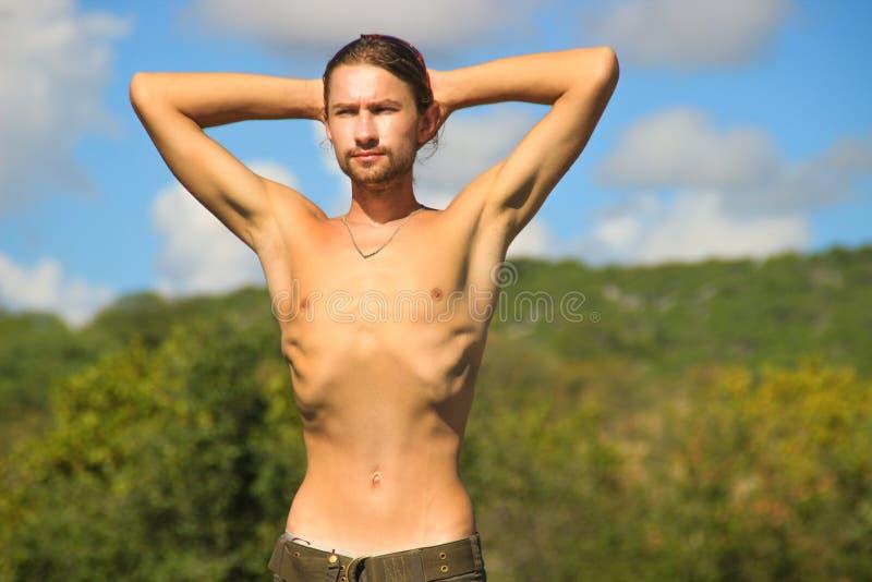Mycket tunn ung vit man med stickande fram stöd royaltyfria foton