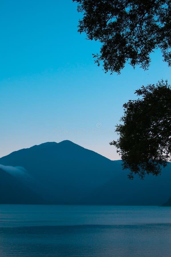Mycket tyst landskap på Yamanashi sjön i Yamanashi, Japan Denna sjö lokaliseras i slut av Mt fuji Världen är stor nog t royaltyfri foto