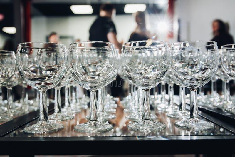Mycket vinexponeringsglas i rad arkivbilder