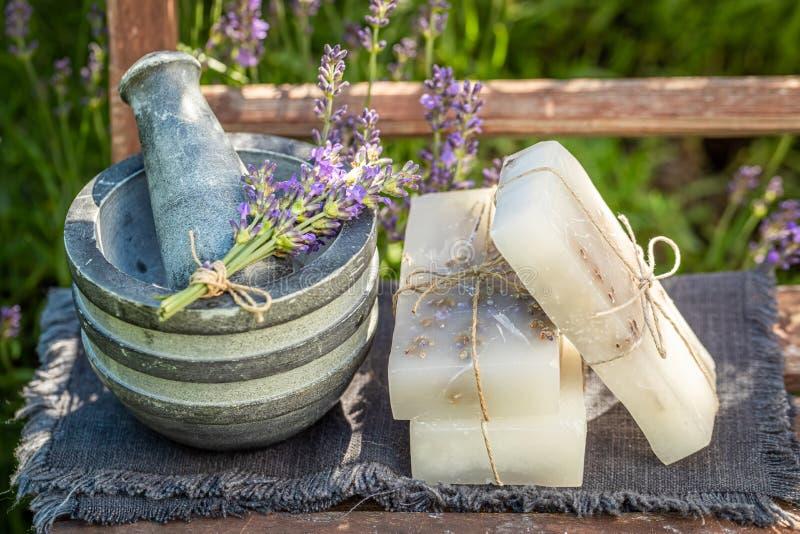 Mydło lawendowe ekologiczne i ręczne na starym drewnianym krześle zdjęcie stock