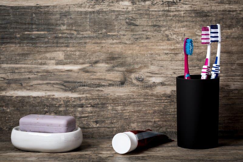 Mydło, pasta do zębów i toothbrushes na drewnianym tle, fotografia royalty free