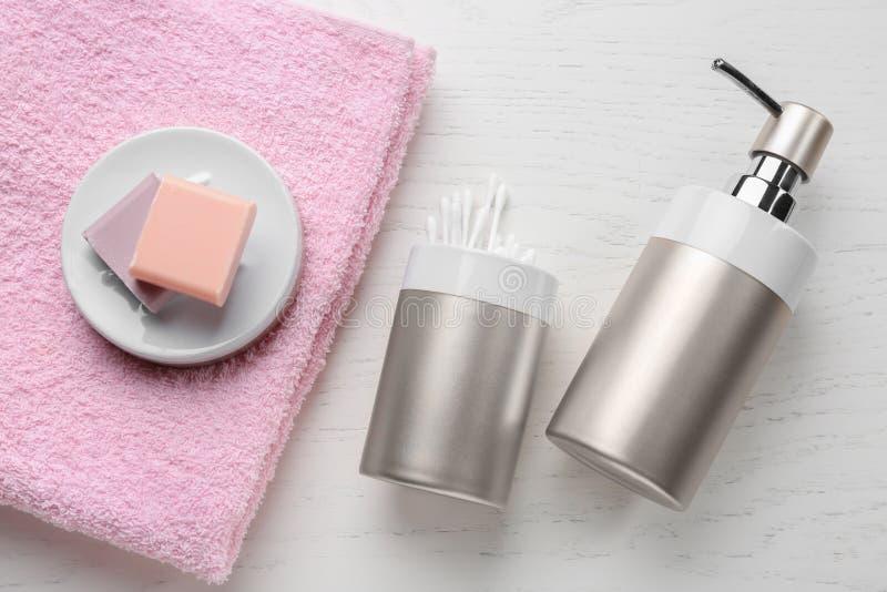 Mydło, ręcznik i bawełniani mopy na bielu stole, fotografia royalty free