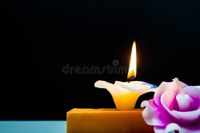 Mydlana świeczka kwiatu kształt z czarnym tłem obrazy stock
