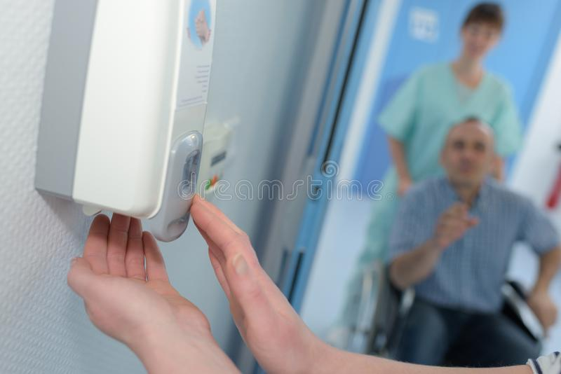 Mydlana aptekarka z ręki dosunięciem na nim obrazy stock