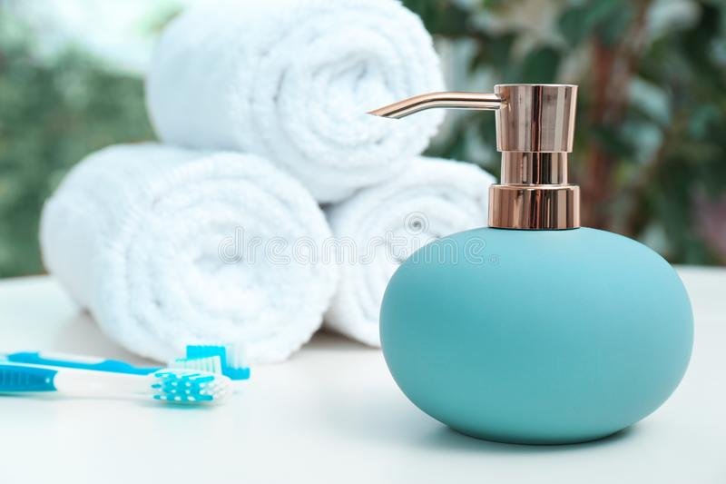Mydlane aptekarki i łazienki podstawy na stole fotografia royalty free