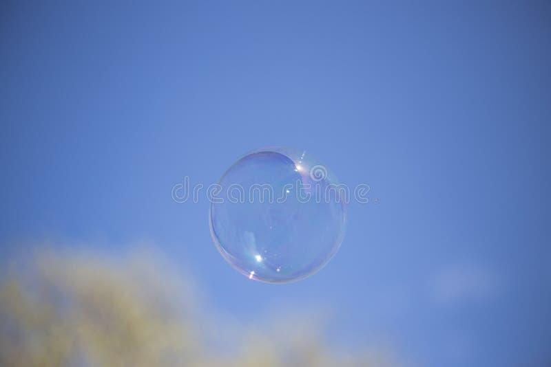 Mydlany bąbel w niebie zdjęcie stock