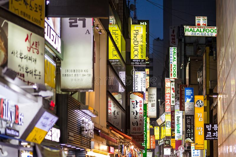 Myeong-dong winkelsuithangbord stock foto