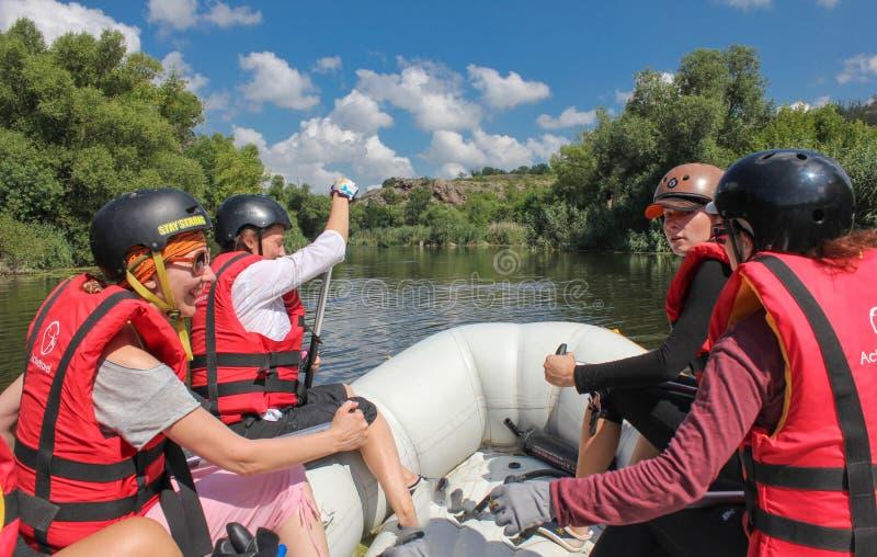 Mygiya/de Oekraïne - Juli 22 2018: POV Het team van vrouwen op het rafting Rafting bij Zuidelijke Insectenrivier met Stroomversne stock afbeeldingen