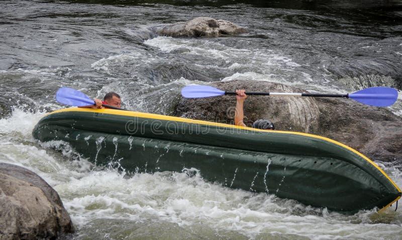Myhiya/Ucrânia - 24 de agosto de 2018: Os Kayakers lutam a água branca em um rio do erro de Pivdenny E seu caiaque estão lançando fotografia de stock
