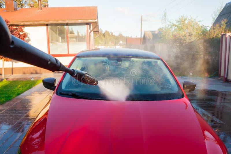 Myje samochodowego ciało, przednia szyba z wysokość naciska wodą obrazy royalty free