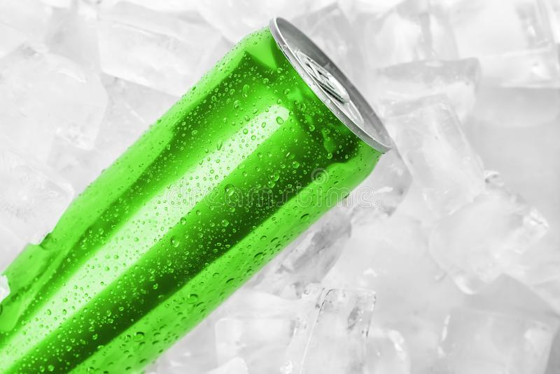MYKOLAIV, UCRANIA - 15 DE NOVIEMBRE DE 2018: Coca Cola puede en los cubos de hielo imagen de archivo libre de regalías