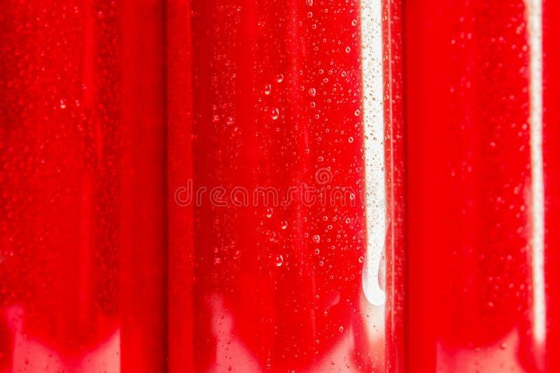 MYKOLAIV, UCRANIA - 15 DE NOVIEMBRE DE 2018: Latas de Coca Cola como fondo fotografía de archivo libre de regalías