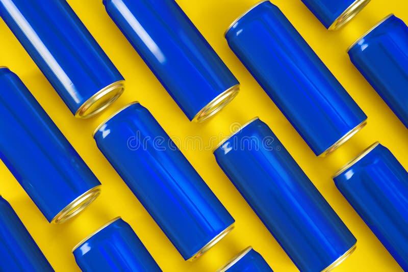 MYKOLAIV, UCRANIA - 14 DE NOVIEMBRE DE 2018: Latas de Coca-Cola en fondo del color imagen de archivo