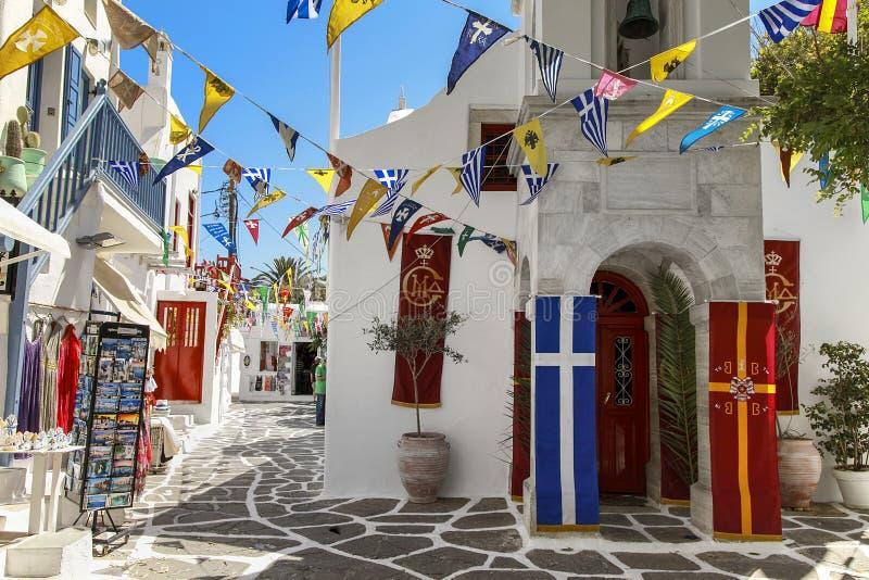 Mykonos ö med det lilla grekiska ortodoxa kapellet i förgrunden royaltyfri foto