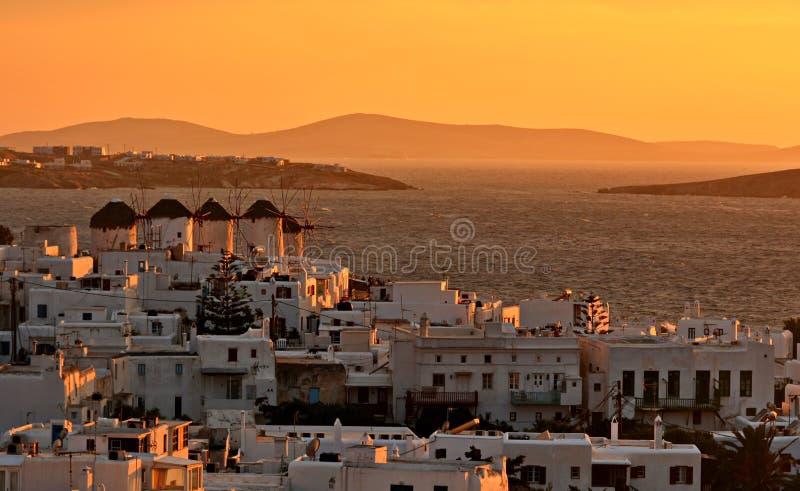 Mykonos con i mulini di vento al tramonto fotografia stock
