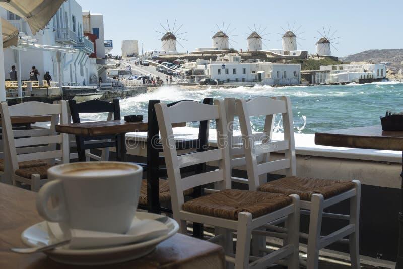 Mykonos, Grèce - 14 août 2016 : Café avec vue sur les moulins à vent image libre de droits