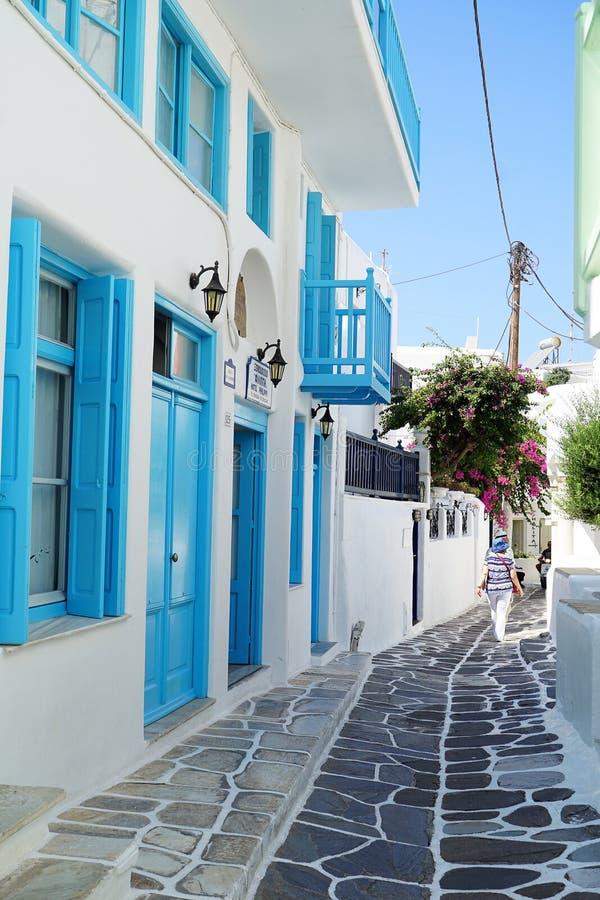 Mykonos, Grèce, le 11 septembre 2018, vue de jour d'une rue étroite typique au centre historique photos libres de droits