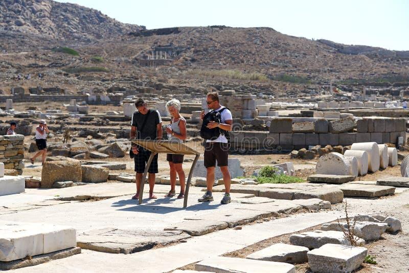 Mykonos, Grecia, el 11 de septiembre de 2018, algunos turistas decide a qué viaje a hacer en el museo arqueológico fotos de archivo libres de regalías