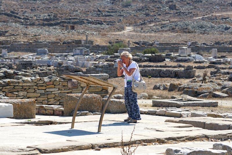 Mykonos, Grecia, el 11 de septiembre de 2018, un turista toma las fotografías en el museo arqueológico imágenes de archivo libres de regalías