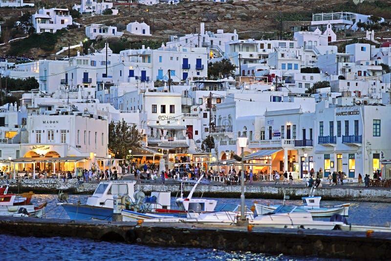 Mykonos Grekland, 11 September 2018, nattsikt av den livliga och livliga mitten av porten av Chora arkivbilder