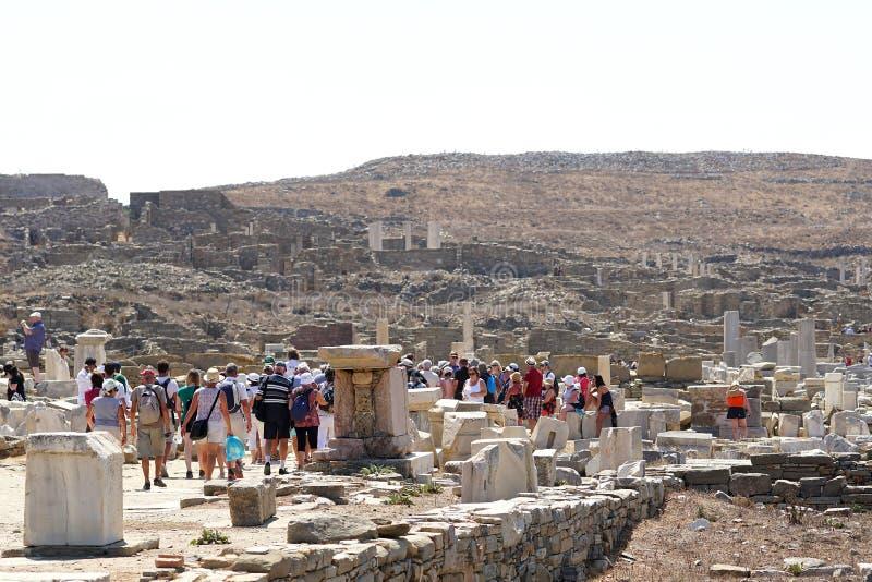 Mykonos Grekland, 11 September 2018, turister ankommer hela tiden för att besöka det arkeologiska museet fotografering för bildbyråer