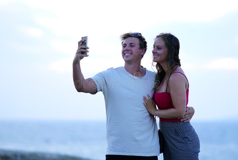 Mykonos Grekland, 11 September 2018, turister från över hela världen att göra selfie med bakgrunden av Chora arkivbilder