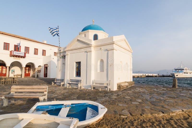 MYKONOS, GRIEKENLAND - MEI 2018: Twee boten die op het zand voor heilige Nicolas Church in de oude stad van Mykonos liggen, Griek stock fotografie