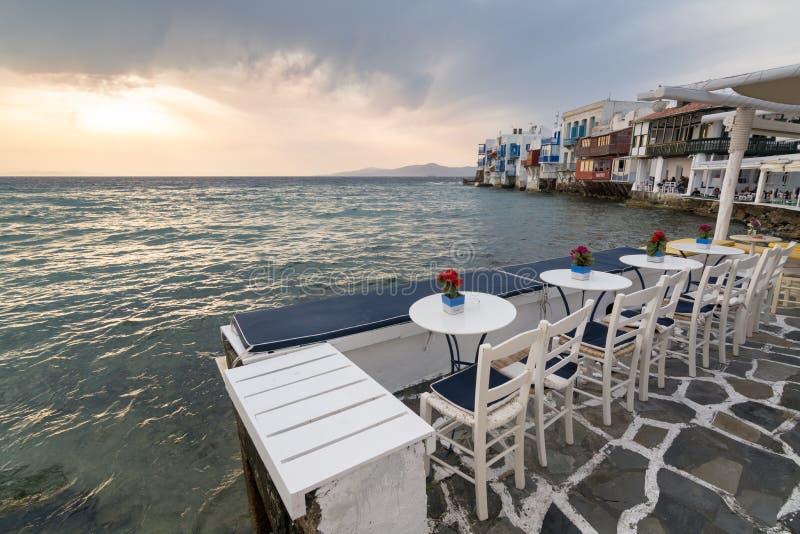 MYKONOS, GRIEKENLAND - MEI 2018: Zonsondergangmening van de embarkmentkoffie van Weinig district van Venetië in de stad van Mykon royalty-vrije stock foto