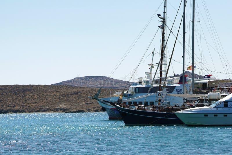 Mykonos, Griekenland, 11 September 2018, Boten en veerboten in de jachthaven van Delos royalty-vrije stock fotografie