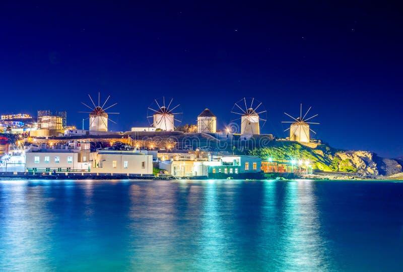 Mykonos port med fartyg och väderkvarnar på aftonen, Cyclades öar arkivbilder