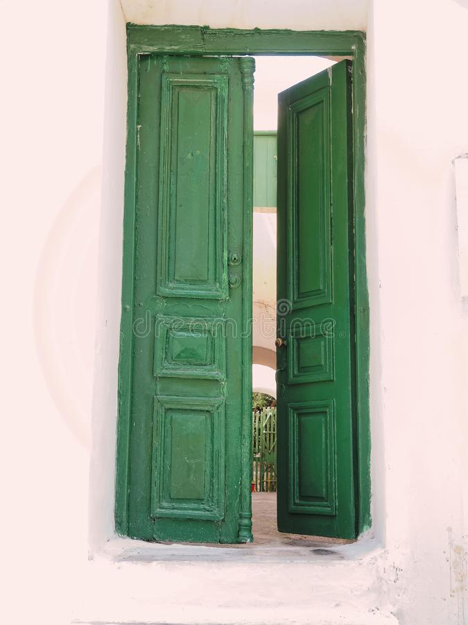 Mykonos wyspa Grecja, połówki otwarty zielony białkujący dom drzwi zdjęcia royalty free