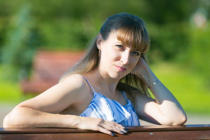 Myndig närbild för kvinna blonda 35-40 år royaltyfria bilder