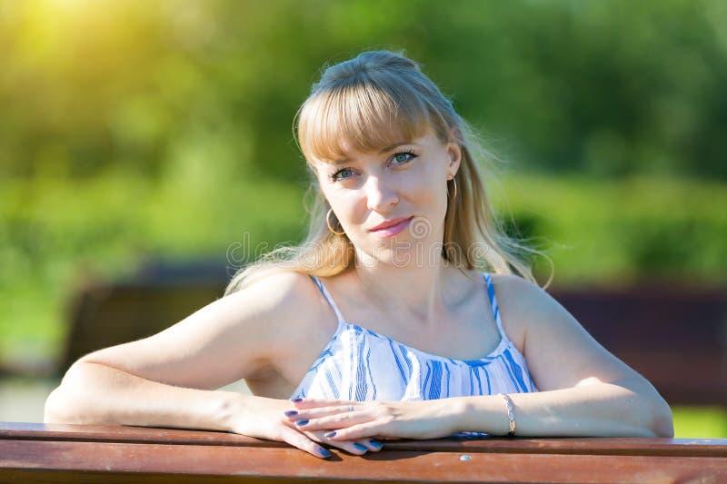 Myndig närbild för kvinna blonda 35-40 år arkivfoton