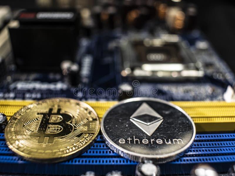 Mynt av ethereumen och bitcoin p? bakgrunden av chipen Cryptocurrencies n?rbild Cryptocurrency som bryter begrepp royaltyfria foton