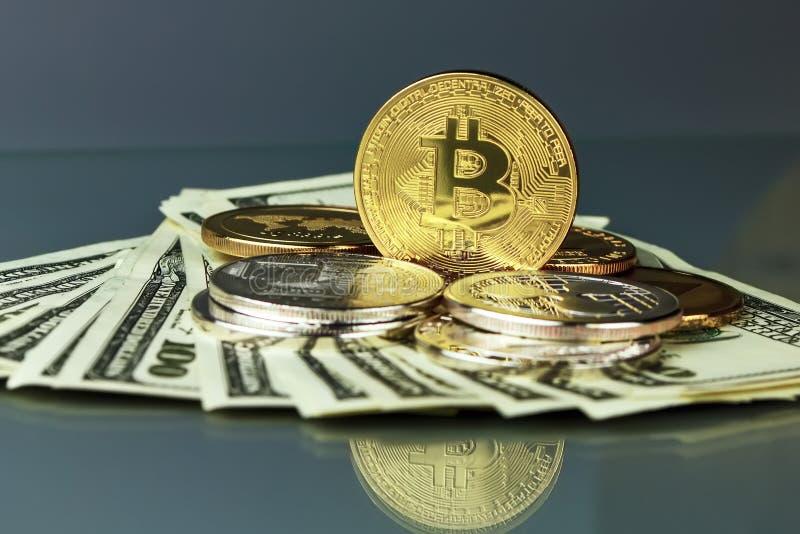Mynt av olika crypto-valutor med dollar arkivbilder