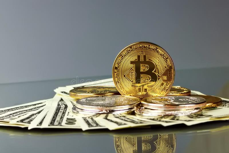 Mynt av olika crypto-valutor med dollar fotografering för bildbyråer
