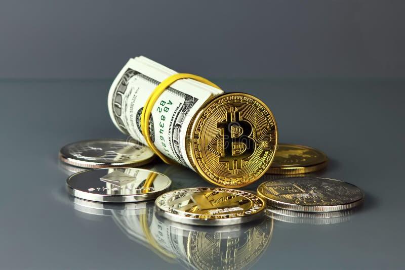 Mynt av olika crypto-valutor med dollar arkivbild
