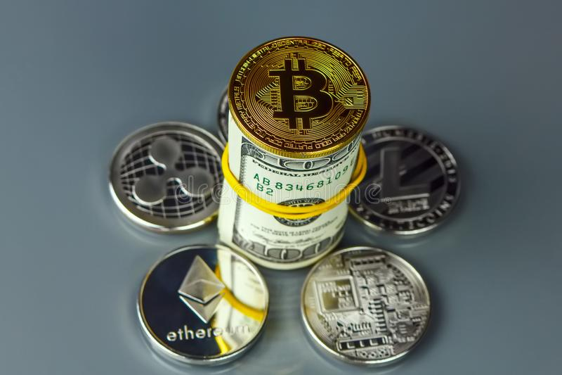 Mynt av olika crypto-valutor med dollar royaltyfri fotografi