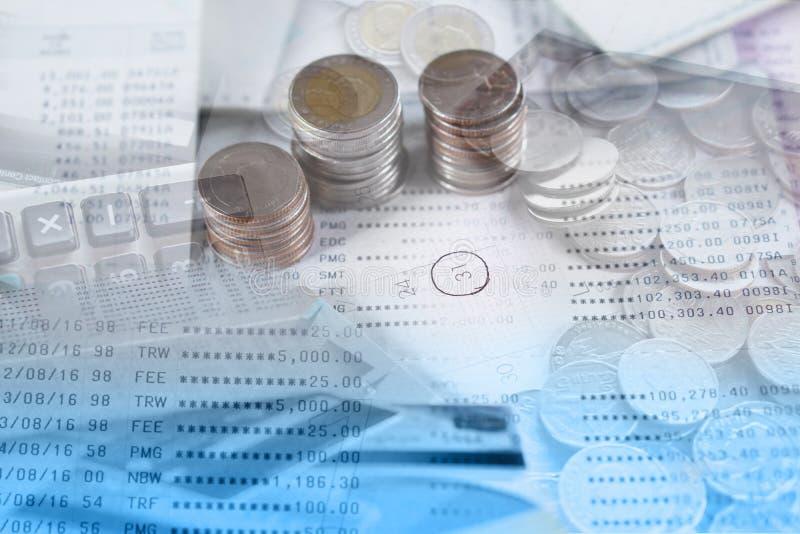 Mynt för dubbel exponering, besparingkonto, kreditkort och räknemaskin med kalendersidan arkivfoto